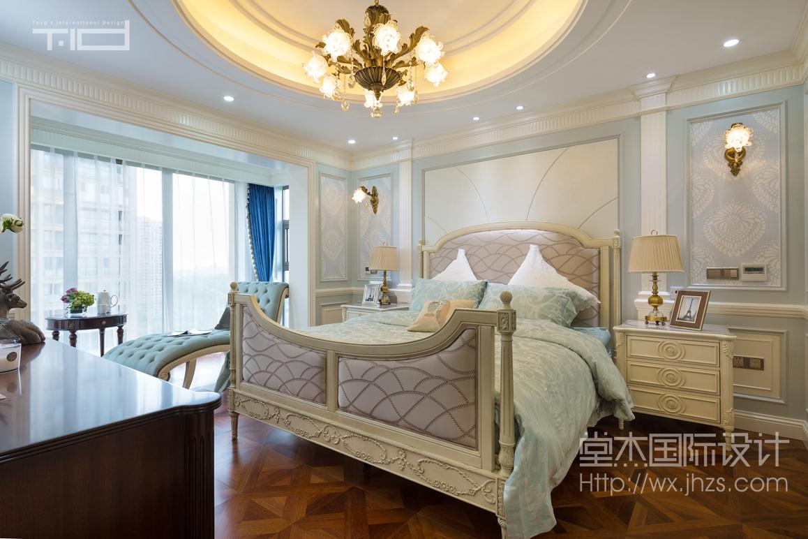 大胆的运用蒂芙尼蓝和象牙白拼色护墙板,浅色雅致的美式家具,色彩艳丽图片