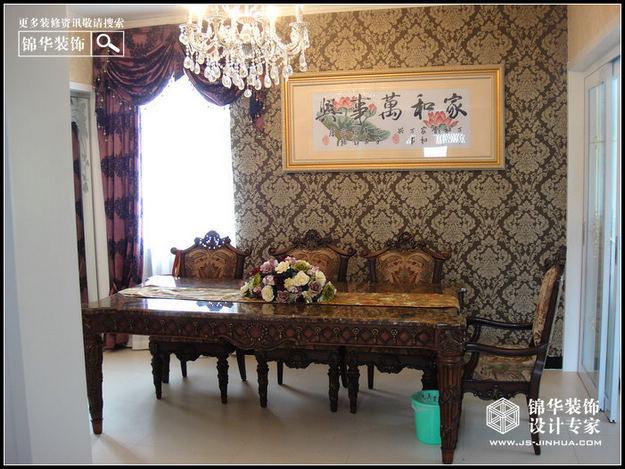 花纹的石膏线勾边,豪华的罗马柱,深色的橡木家具,色彩鲜艳的布艺沙发