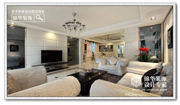 白色的木扶手,挂镜边的装饰画,过道顶部采用白色木花格,大面积纯净的