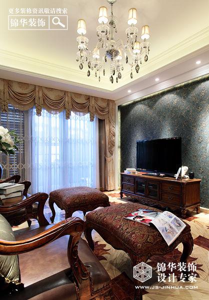 家具则是白色和深色搭配,线条优美的古典沙发,欧式典雅大床,配以西方