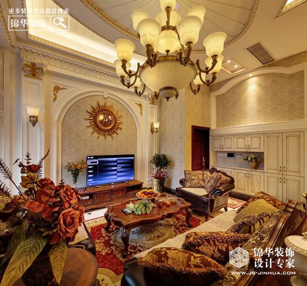 房 型:三室两厅两卫 面 积:130平米 设计师巧施妙手,对本案进行了设计。在欧式奢华与古典韵味之间游刃有余,对各种色彩巧加搭配。 在空间布局上,由于隔层之后,二楼的空间较矮,主要的生活空间都设置在了一楼,包括客餐厅,主卧室,次卧室,女儿房以及主客卫生间。在主卧室的设计中,还融入了衣帽间的空间。二楼就用作书房以及储藏功能。这样即不会浪费空间,也分配得十分合理。 在风格设计上,设计师做了个四米多高的电视背景墙。背景墙用罗马柱与拱形护墙板造型搭配成一个整体的设计。挑高的客餐厅空间,搭配欧式奢华电视背景墙显得格