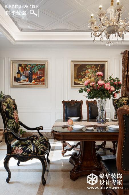 装饰公司:锦华装饰 工程地址:万山庭院 面积 :550 风格特点:现代欧式时尚典雅 该空间为联排别墅,客户定位为50岁左右具有较强经济实力的成功人士,生活质量较高,和儿子媳妇和两个孙子生活在一起。设计师着力营造带一点随意的欧式空间,摒弃繁复的纹样线条及奢华的装饰,兼具古典主义的优美造型与新古典主义的功能设备,既简洁明快,又温馨舒适。