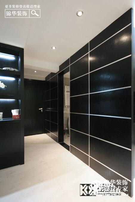 客厅的工艺展品柜,用同样的黑色木质制成