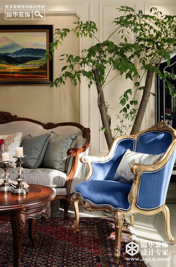 客厅古苔色时尚的绒布沙发恰到好处的收住了与之相对