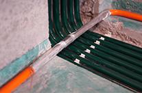 地面电管排卡固定,地面槽体灌浆均匀不空鼓